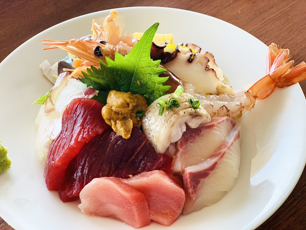 海鮮丼  1,200円  ・海鮮丼上 2,000円